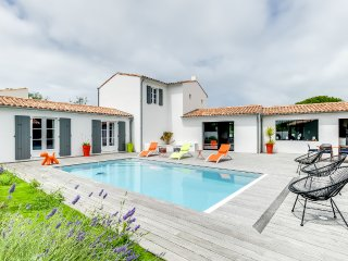 Spacious new house with a pool, Les Portes-en-Re