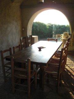 voute pour déjeuner à l'ombre dans le patio