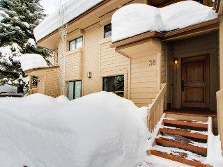 Charming condo w/ shared pool & hot tub, close to skiing & golf