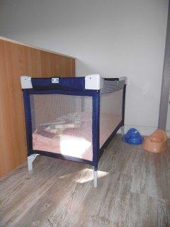Le lit parapluie (+ matelas, pot de chambre, adaptateur toilettes, matelas à langer).