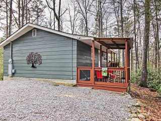 Cottage w/Deck-4 Miles to Great Smoky Mountains!