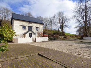 YR HEN FELIN, character features, games room, countryside views, near Corwen, Re