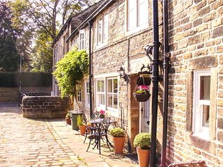 FRANCE FOLD COTTAGE, Grade II listed, cosy romantic retreat, in Honley