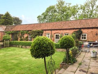 STABLE COTTAGE, all ground floor, WiFi, annexe, near Hornsea, Ref 953846