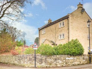 JAY'S NEST, duplex apartment, WiFi, centre of village, walks from the door, in, Eyam