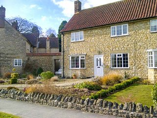 IVY COTTAGE, end-terrace, WiFi, lawned garden, close to town centre, in Helmsley, Ref 947064