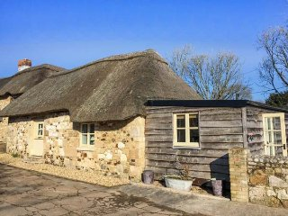 SHEEPWASH BARN, thatched cottage, pet-friendly, off road parking, patio, in Middleton, Freshwater, Ref 951450