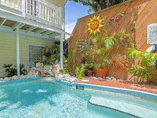 Garden 9 Steps from Mallory Square! Sparkling water pool and breakfast!