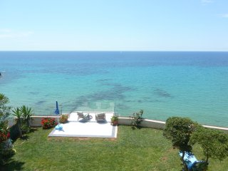 FABULOUS SEASIDE VILLA - SLEEPS 8 WITH STUNNING VIEWS & STEPS DOWN TO THE SEA