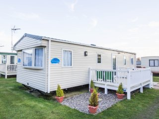 8 Berth caravan in Breydon Water Holiday Park near Great Yarmouth Ref 10076