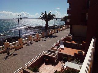 Apartamento de 100 m2 y 4 estancias , equipado, wifi y 5 metros del mar.