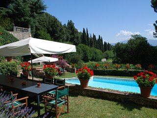 Panoramic villa on the Lucca's hills with private pool and tennis court.16people