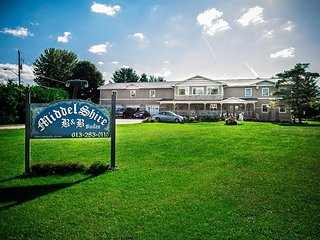 Middelshire  8 bedroom, sleeps 20, Eastern Ontario