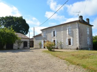 Beautiful Country House on 7ha with private heated pool and lake, sleeps 10, Montmoreau-Saint-Cybard
