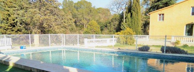 grande villa avec piscine et jardin spacieux