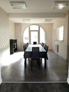 Lumineuse, la salle à manger peut accueillir jusqu'à 18 personnes pour les repas.