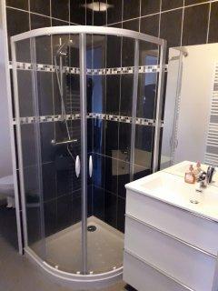 La salle de bain du rez-de-chaussée avec cabine de douche en 90x90, meuble vasque et toilettes.