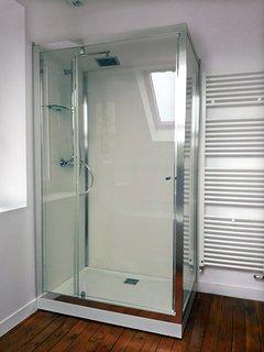 Profitez de la cabine de douche en 120x80 cm pour vous relaxer sous l'action des jets d'eau chaude.