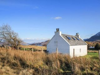 HALF OF 6, pet-friendly, open fire, multi-fuel stove, lawned garden, Portree, Re