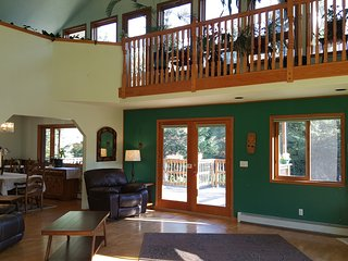Peaceful, Spacious 3 Bedroom Plus Bonus Room with Spectacular Views, Sleeps 10, Seward