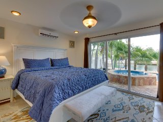 Lovely condo w/ a shared pool, hot tub, ocean access, and boat dockage!