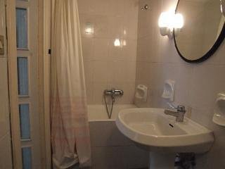 Main bathroom with wc, tub/shower, sink and bidet.