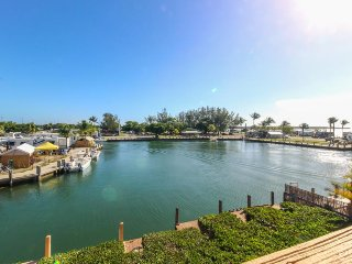 Bayfront house w/ ocean views, dock & easy beach access - dogs ok!, Marathon