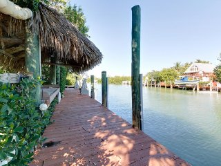Waterfront home w/private pool & 3-boat dock - fishermen's paradise, dogs ok!