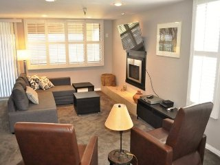 Shared hot tub, lakeview condo w/ beautiful views and ski-in/ski-out location!