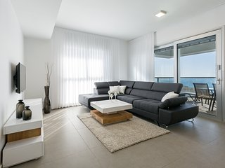 Luxury Apartment in front of the Sea, Netanya