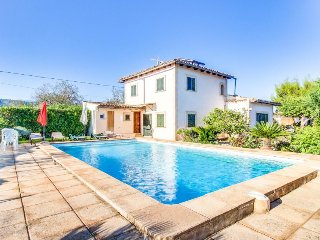 Private pool & lovely patio/garden, close to the mountains!, Lloseta