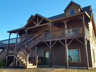 Carolina Comfort is 4 Bedroom Mountain Top Retreat With Stunning Long Range View, Maggie Valley