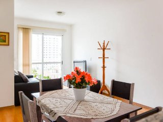 Sala de estar bem iluminada, espaçosa e arejada
