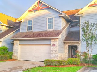 New Listing! Aggie Owned and Operated Town Home Minutes from Campus, College Station