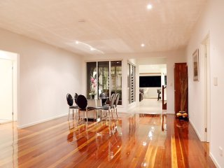 ENTIRE Home in the heart of Surfers Paradise, 3min walk to beach, 5min to Cavill