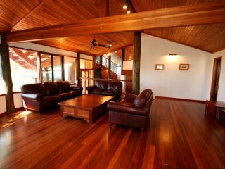 Woodwark House - Whitsunday Holiday Home, Airlie Beach