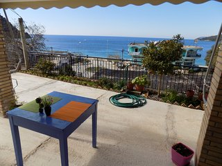 20 meters from the beach , beach view plus boat (upon request) sleeps 2