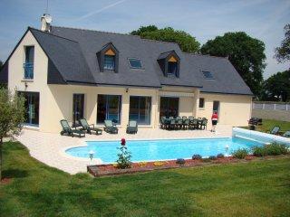 Superbe Villa 14 personnes,6 chambres,piscine privée, accès handicapés,8 kms mer, Saint-Yvi