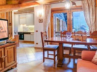 Zona giorno con balcone, si affaccia sulla zona pedonale di Livigno, in pieno centro. TV 40' WIFI