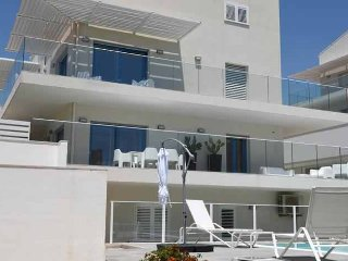 Spacious and modern - 2 storeys, 3 bedrooms, private garden and swimming pool, Marina di Ragusa