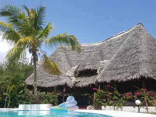 MALINDI: BEDROOM WITH LARGE DOUBLE BED OR TWO LARGE SINGLE BEDS, FRONT THE POOL