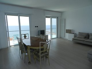 Huge Attic 3 Bedrooms Big Terrace with Sea View, Ospedaletti