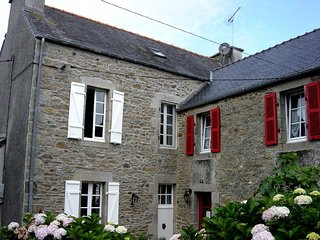 Großes helles Ferienhaus mit offenem Kamin und schönem Garten, Plouguerneau