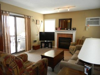 Adorable Peak N Peek Ski/Golf Condo close to lifts and lodge, Sleeps 7
