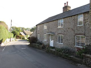Spacious village cottage, sleeps 7, Jurassic Coast, sea 3 miles, 'Broadchurch', Burton Bradstock