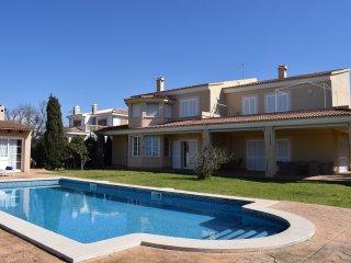 Vista de la villa, de la piscina y la barbacoa