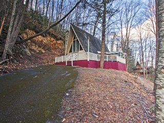 NEW! Cozy 2BR Gatlinburg Cabin w/Private Hot Tub!