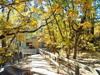 BEAUTIFUL & COZY Wooded Home...Within 1 Mile from Downtown & near AZ Snowbowl!!