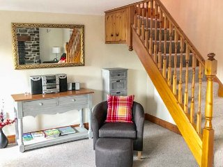 TANGAER COTTAGE, woodburner, two dogs welcome, child-friendly, WiFi, luxurious