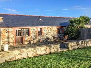 Y BETWS, superb barn conversion, single-storey, pet-friendly, Abersoch, Ref